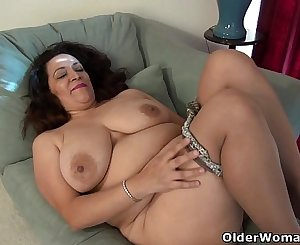 American milf Nicolette Parsons rubs her hungry cunt